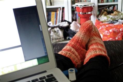 Työpisteeni tänään. Ja uudet villasukat! Ne ostettiin SBK:n kesäjuhlilta ja tuotto meni hyvään tarkoitukseen (niillä rahoitetaan lähetystyötä ja SBK:n työtä).