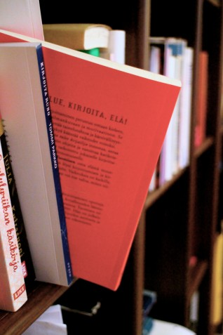 """Taija Tuomisen uusimman kirjan """"Minusta tulee kirjailija"""" takakansi."""